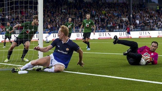 Brankář Jablonce Michal Špit ukrývá míč před dotírajícím Péterem Kovacsem z norského Strömsgodsetu.