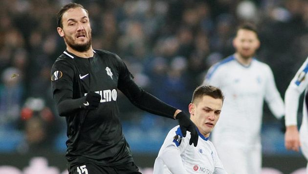 Autor prvního gólu Jablonce v utkání Evropské ligy s Dynamem Kyjev Martin Doležal v akci s Volodymyrem Šepelievem, který se jen snaží zastavit.