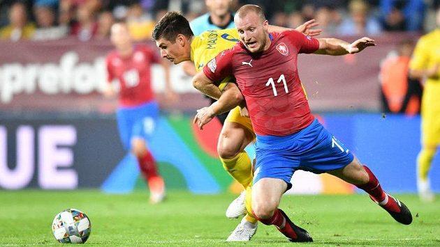 Český útočník Michael Krmenčík padá po souboji s jedním z ukrajinských soupeřů v utkání Ligy národů.