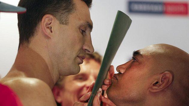 Mistr světa v těžké váze Vladimir Kličko a jeho sobotní soupeř Axel Leapai z Austrálie (vpravo).