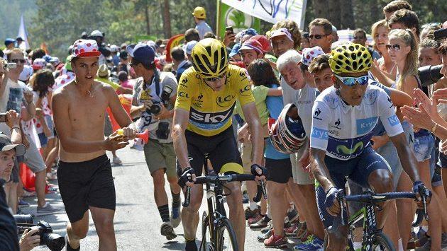 Brit Chris Froome ve žlutém trikotu mezi diváky při 14. etapě Tour de France.