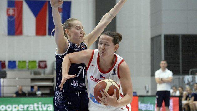 Slovenská basketbalistka Nikola Dudášová (vlevo) a Tereza Vyoralová z České republiky v generálce na ME.