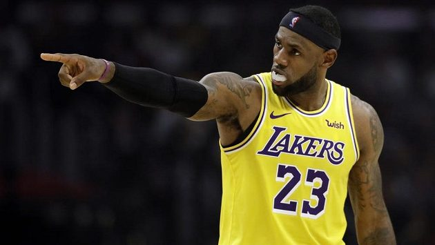 Slavný LeBron James v dresu Lakers v městském derby proti Los Angeles Clippers.