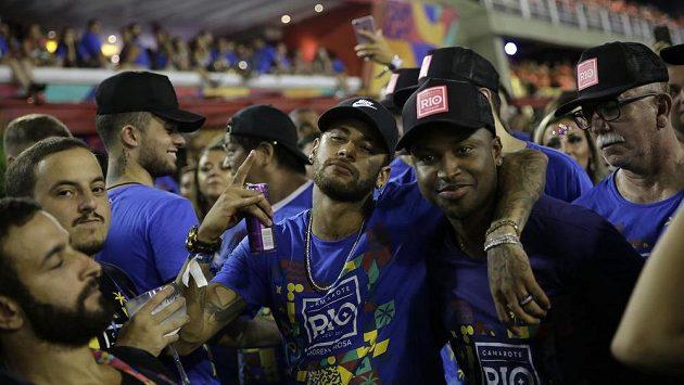 Zraněný Neymar (uprostřed) si nedávno užíval na karnevalu v Riu de Janeiru