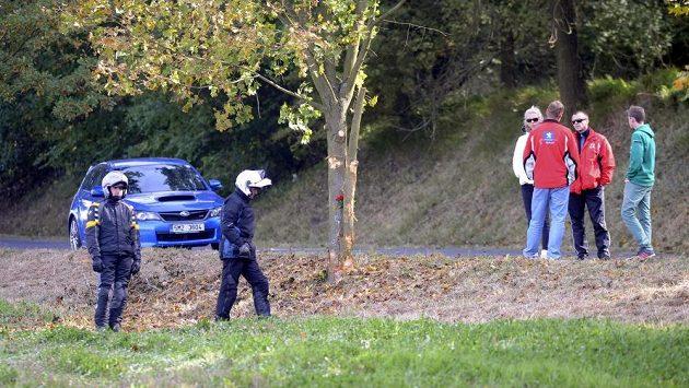 Český šampionát v automobilových soutěžích předčasně ukončila smrtelná nehoda. Při závěrečné Rallye Příbram dnes při havárii pilota Jiřího Máši ve druhé rychlostní zkoušce zahynul spolujezdec Jan Jinderle junior. Na snímku jsou lidé u stromu, do kterého závodnící narazili.