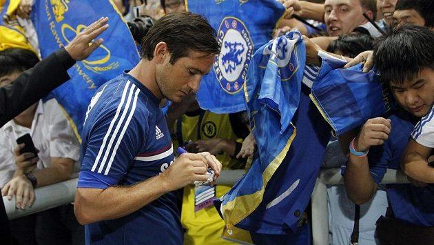 Záložník Chelsea Frank Lampard se podepisuje fanouškům.