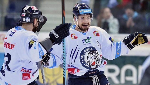 Liberecký útočník Jakub Valský (vpravo) slaví se spoluhráčem Martinem Bakošem gól proti Zlínu.