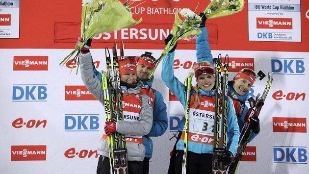 Kvarteto českých biatlonistů (zleva) Veronika Vítková, Zdeněk Vítek, Gabriela Soukalová a Ondřej Moravec slaví triumf ve štafetě SP v Östersundu.