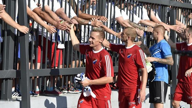 Fotbalisté Baníku se na ilustračním snímku loučí s fanoušky po utkání se Znojmem. Vlevo je obránce Tomáš Zápotočný.