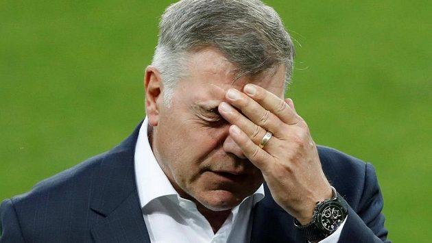 Zdrcený Sam Allardyce, dnes už bývalý kouč anglické fotbalové reprezentace.