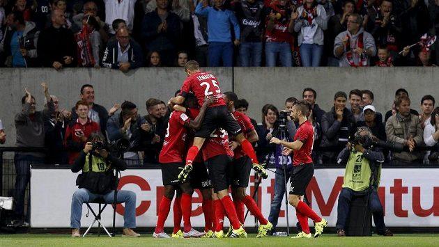 Fotbalisté Guingampu slaví gól v síti Marseille.