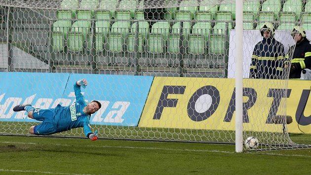 Brankář Karviné Martin Berkovec inkasuje branku z penalty.