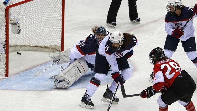 Kanaďanka Marie-Philip Poulinová (č. 29) střílí vítězný gól ve finále olympijského turnaje proti zámořským sokyním z USA.