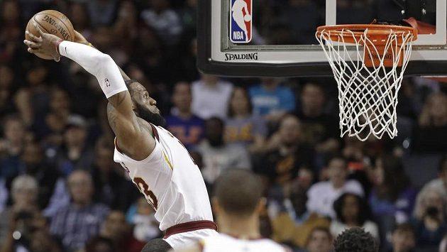 Hvězda Clevelandu LeBron James smečuje