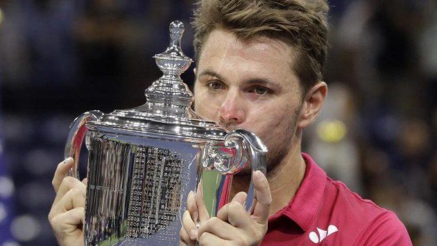 Stan Wawrinka pózuje fotografům s pohárem pro vítěze US Open.
