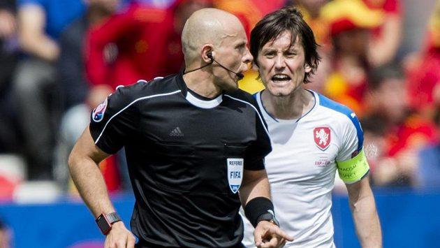 Zleva polský rozhodčí Szymon Marciniak a kapitán českých fotbalistů Tomáš Rosický.