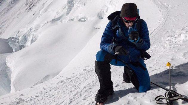Kilian Jornet se občerstvuje při výstupu na Mt. Everest.