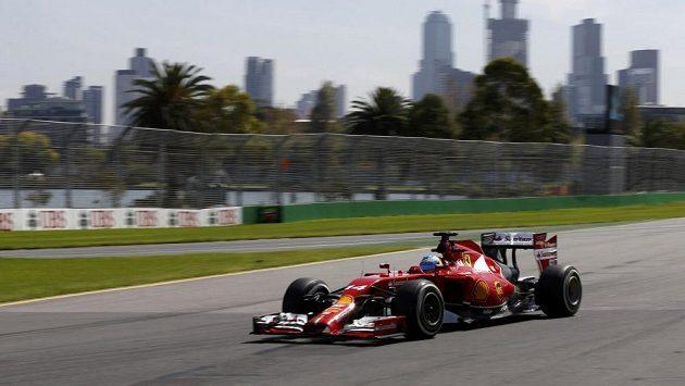 Pilot Ferrari Fernando Alonso při tréninku v Melbourne.