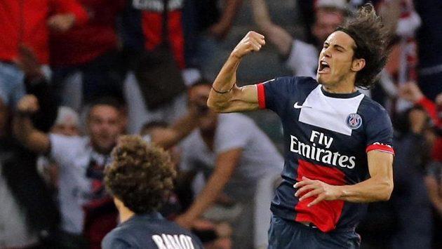 Edison Cavani z PSG oslavuje proměněnou penaltu proti Toulouse