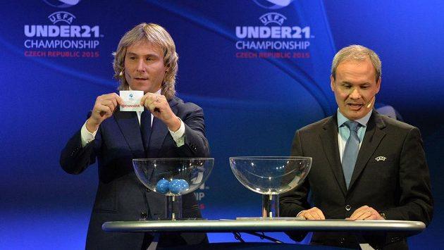 Pavel Nedvěd (vlevo) vylosoval Čechům do skupiny A týmy Dánska, Německa a Srbska. Vpravo je Giorgio Marchetti z UEFA.
