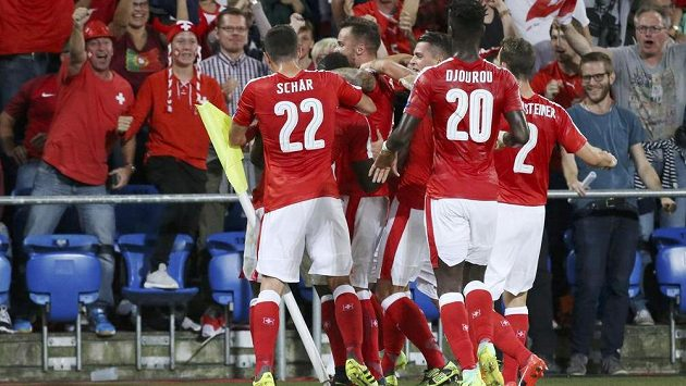 Švýcaři slaví gól proti Portugalsku v kvalifikaci MS 2018.