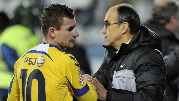 Jihlavský útočník Muris Mešanovič (vlevo) se zdraví s jabloneckým trenérem Václavem Kotalem.
