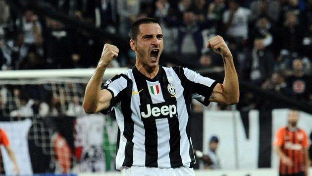 Obránce Juventusu Leonardo Bonucci slaví mistrovský titul.
