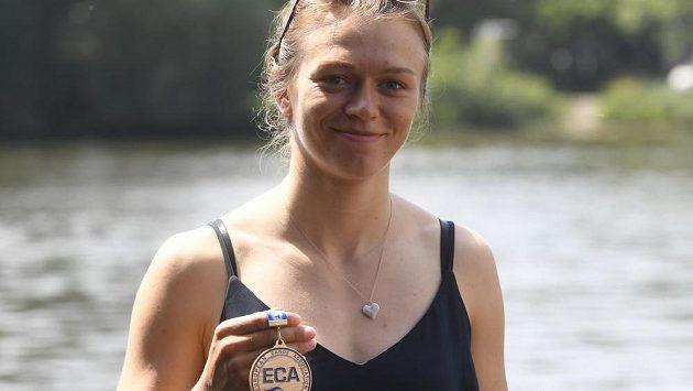 Kajakářka Amálie Hilgertová se zlatou medailí z mistrovství Evropy ve vodním slalomu.