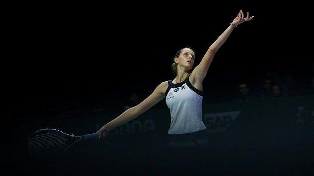 Česká tenistka Karolína Plíšková podává v zápase s Polkou Agnieszkou Radwaňskou na Turnaji mistryň.