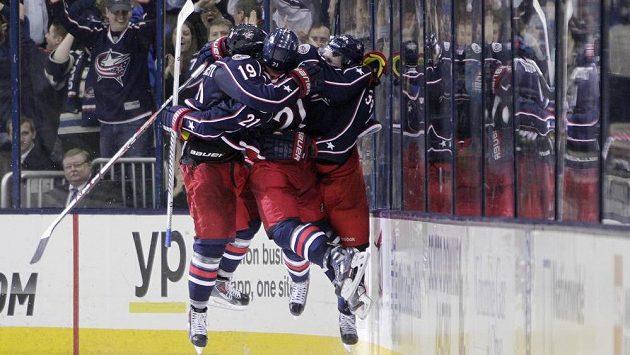 Hokejisté Columbusu slaví v prodloužení vítězný gól proti Phoenixu. Zleva Ryan Johansen (autor branky), James Wisniewski a Boone Jenner.