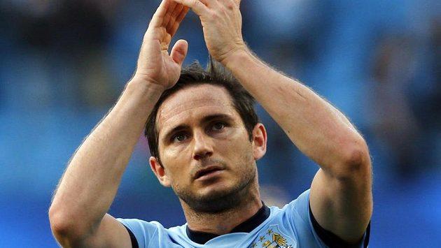Záložník Manchesteru City Frank Lampard zdraví fanoušky po zápase s Chelsea.