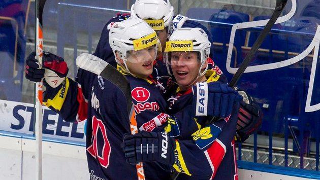 Hráči Chomutova se radují z prvního gólu na ledě Vítkovic.