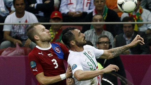 Michal Kadlec z týmu Česka (v červeném) a Hugo Almeida z Portugalska ve čtvrtfinále ME 2012 ve Varšavě.