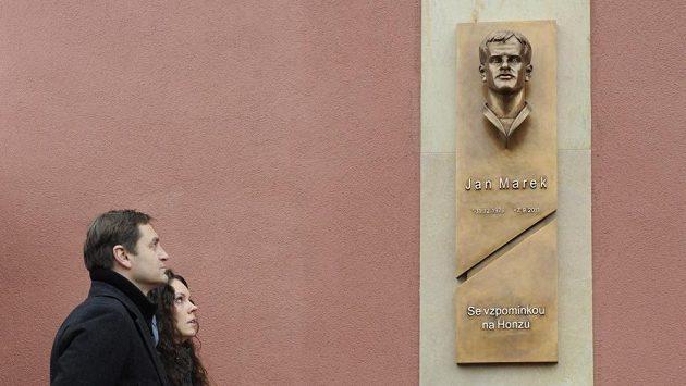 Hokejová Sparta odhalila u vchodu do Tipsport Areny v Praze pamětní bustu tragicky zesnulého útočníka Jana Marka. Na snímku je vdova Lucie Marková se synem Janem a předseda představenstva Sparty Petr Bříza.