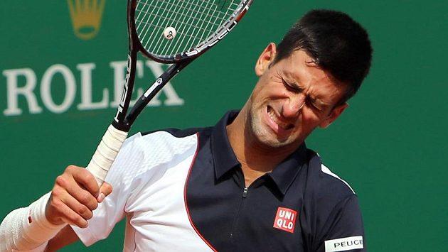 Novak Djokovič během zápasu s Rogerem Federerem.
