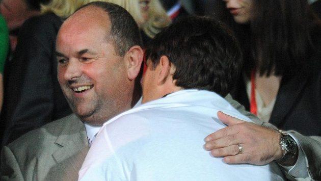 Šéf českého fotbalu Miroslav Pelta slavil celý víkend s Jabloncem (na snímku s trenérem Romanem Skuhravým) pohárový triumf a o dění ve fotbale se nezajímal.
