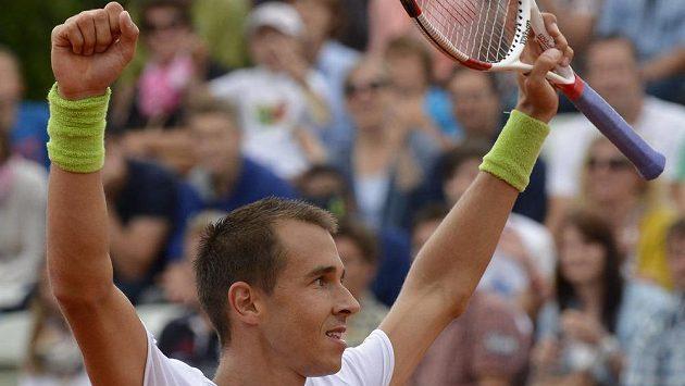 Český tenista Lukáš Rosol slaví ve Stuttgartu vítězství nad Rusem Michailem Južným.