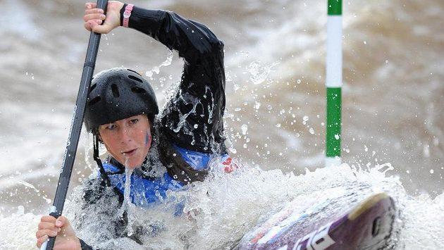 Česká kajakářka Kateřina Kudějová během kvalifikace mistrovství světa ve vodním slalomu v Praze-Troji.