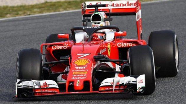 Kimi Räikkönen během předsezónních testů v Barceloně s novou ochranou hlavy.