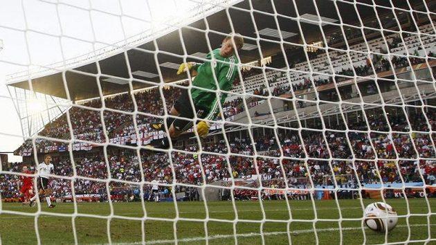 Míč po střele Franka Lamparda dopadl evidentně půl metru za čáru.