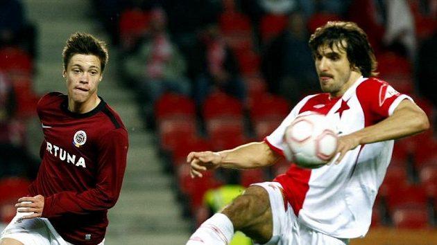 Slavista Krajčík zpracovává míč před Kadlecem ze Sparty.