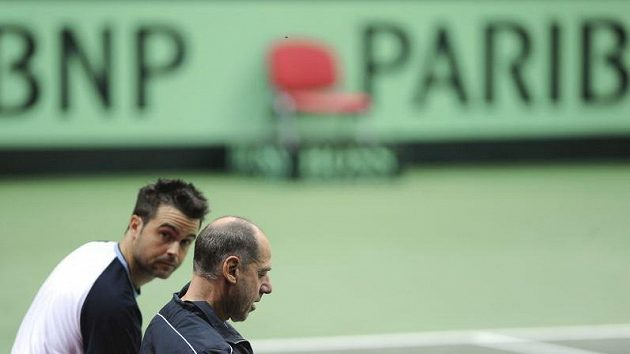 Kapitán italského daviscupového týmu Corrado Barazzuti s Danielem Braccialim (vlevo) při tréninku v ostravské ČEZ Aréně.