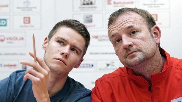 Sprinter Pavel Maslák (vlevo) a šéftrenér Českého atletického svazu Tomáš Dvořák vyhlížejí halový evropský šampionát v Praze.