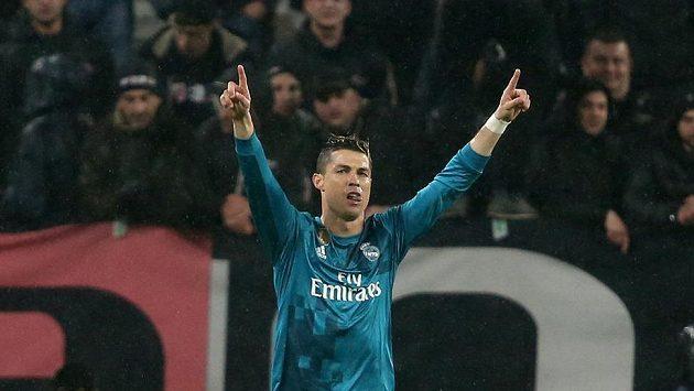 Cristiano Ronaldo z Realu Madrid se raduje z gólu v úvodním čtvrtfinále LM s Juventusem.