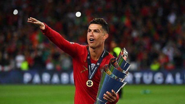 Hvězdný Cristiano Ronaldo s medailí a trofejí pro vítěze Ligy národů.
