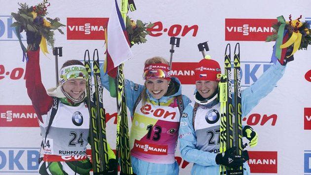 Dvě české biatlonistky obsadily v Ruhpoldingu stupně vítězů - vítězka Gabriela Soukalová (uprostřed) a třetí Veronika Vítková. Druhá skončila Běloruska Darja Domračevová.