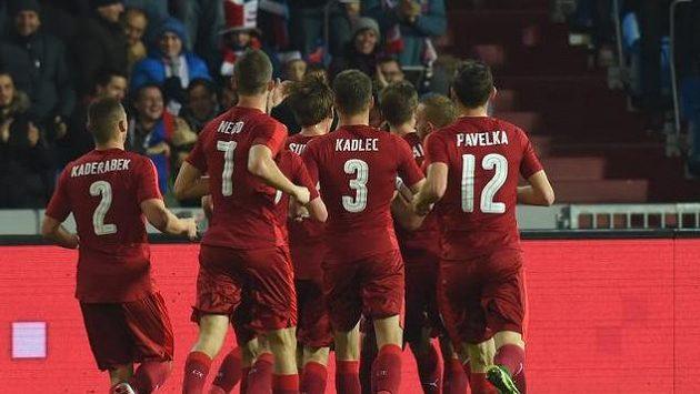 Čeští fotbalisté se radují z prvního gólu proti Srbsku.