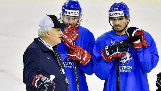 Jan Kolář (vpravo) a další obránce David Musil naslouchají na tréninku národního týmu pokynům kouče Miloše Říhy.