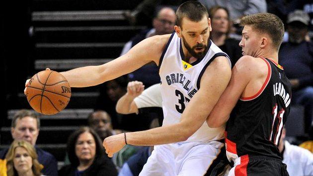 Marc Gasol (vlevo) se snaží přejít přes Meyerse Leonarda z Portlandu.