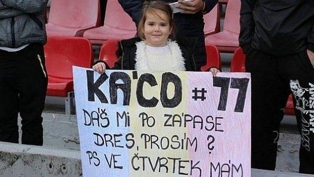 Mladá fanynka si moc přála mít dres Václava Kadlece doma. A tak si o něj napsala.
